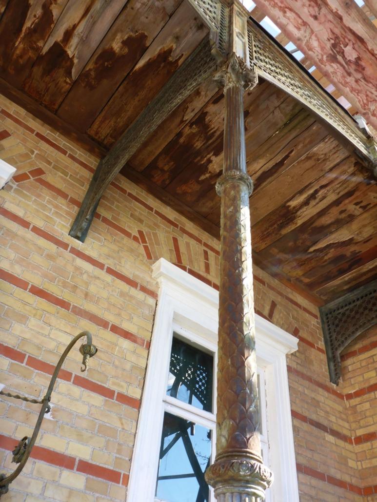 Ansicht des Säulenschafts (als Schuppensäule ausgebildet) einer der Stützsäulen