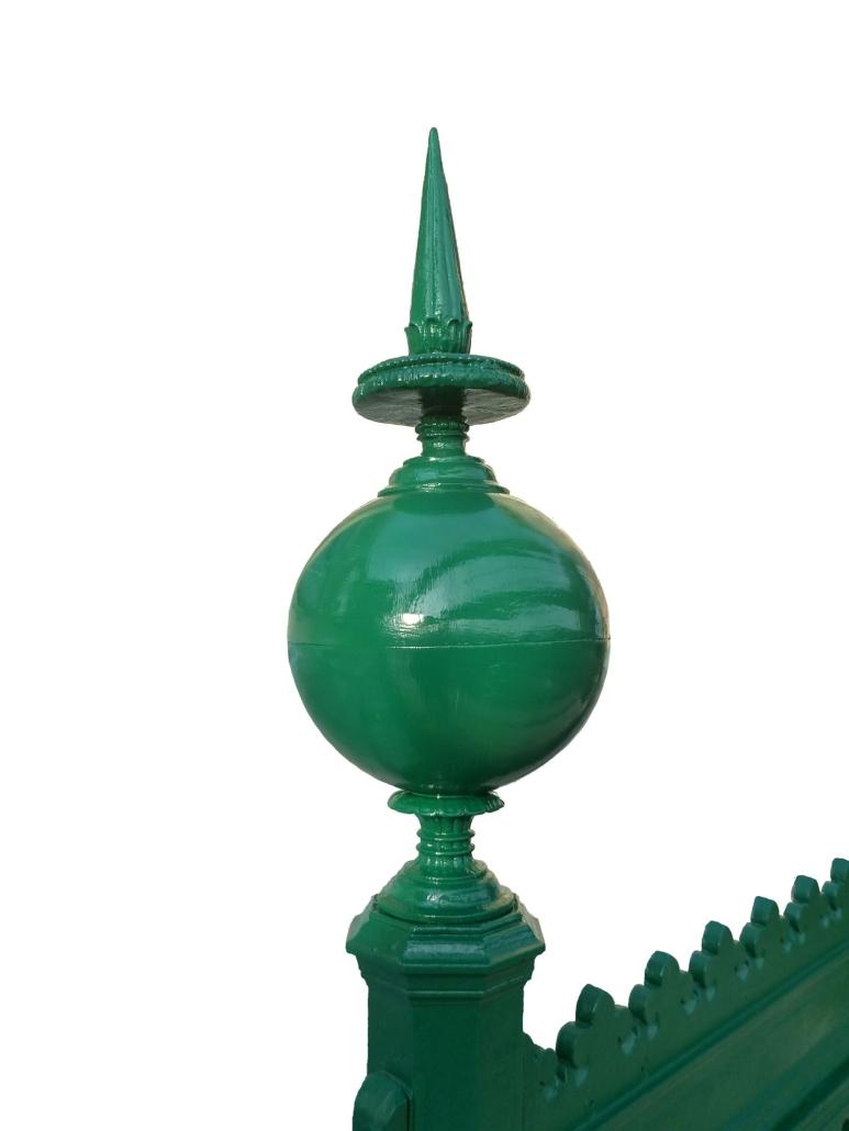 Detailansicht einer sanierten Zierspitze mit Kugel, bestehend aus zwei gegossenen Halbschalen.