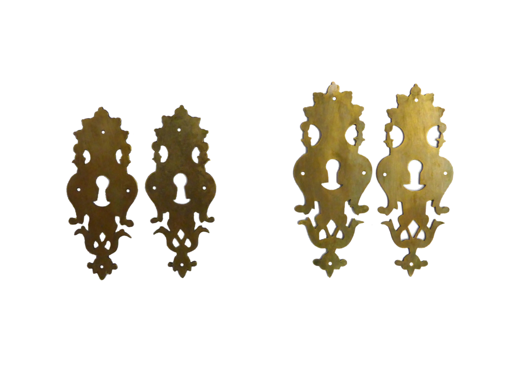 Rekonstruktion von Schlüsselschildern. Links jeweils das Original, rechts jeweils der Nachbau.