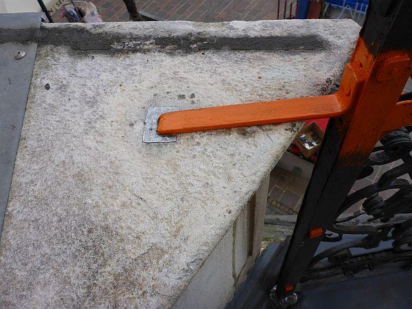 Nachdem weitere Verankerungen durch Vernieten und Einbleien in die beiden flankierenden Steinsockel vorgenommen wurden, konnte die Sanierung abgeschlossen werden.