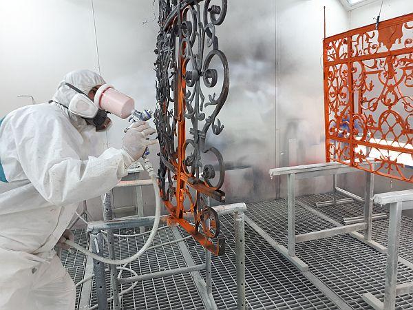 Abschließende Beschichtung. Teilweise wurde von Hand gestrichen, teilweise im Spritzverfahren beschichtet. Die Arbeiten wurden, von Baumeister Ing. Leopold Steiner für das Bundesdenkmalamt Kärnten, in der Lackiererei der Firma Purpurrot in 9800 Spittal a.d. Drau durchgeführt.