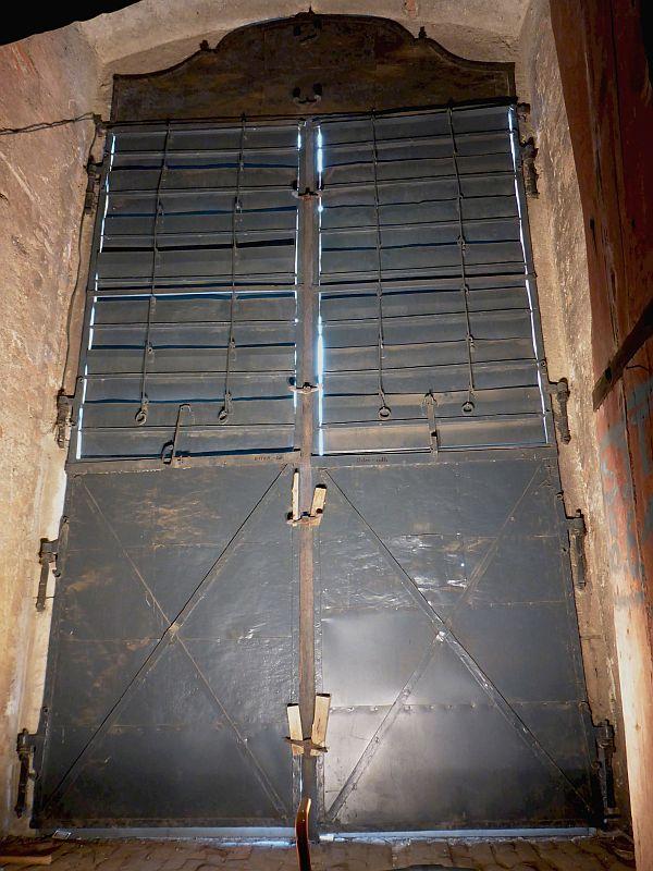 Mehrteilige Metalltüre in der Bestandsansicht vor der Sanierung