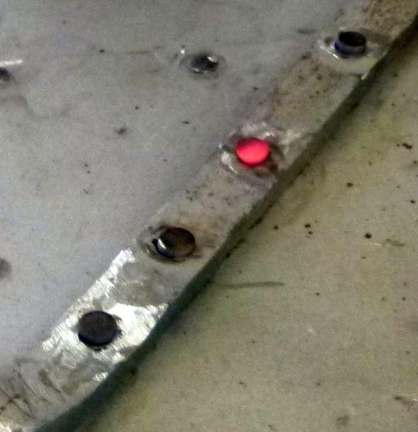 Rund 1000 Nieten wurden einzeln von Hand geschmiedet. Das Ausgangsmaterial ist Rundstahl, das im Nieteisen bearbeitet wird. Die fertigen Nieten werden im Gasofen erwärmt und anschließend glühend am Objekt eingeschlagen.