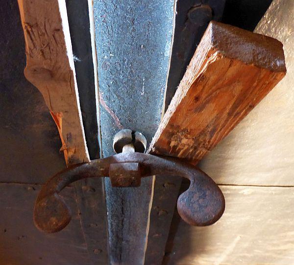 Bestand: Gebrochener Reiber, eingesetzte Holzkeile als frühere provisorische Maßnahme