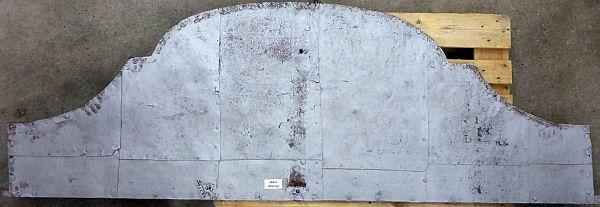 Einer der vier geschweiften Fixteile nach der Demontage und nach dem Entfernen der alten Beschichtungen.