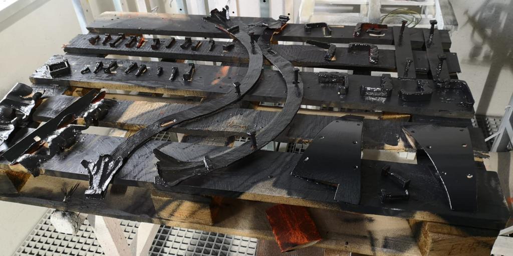Beschichtung der Einzelteile, die vor Ort an das Geländer montiert werden.