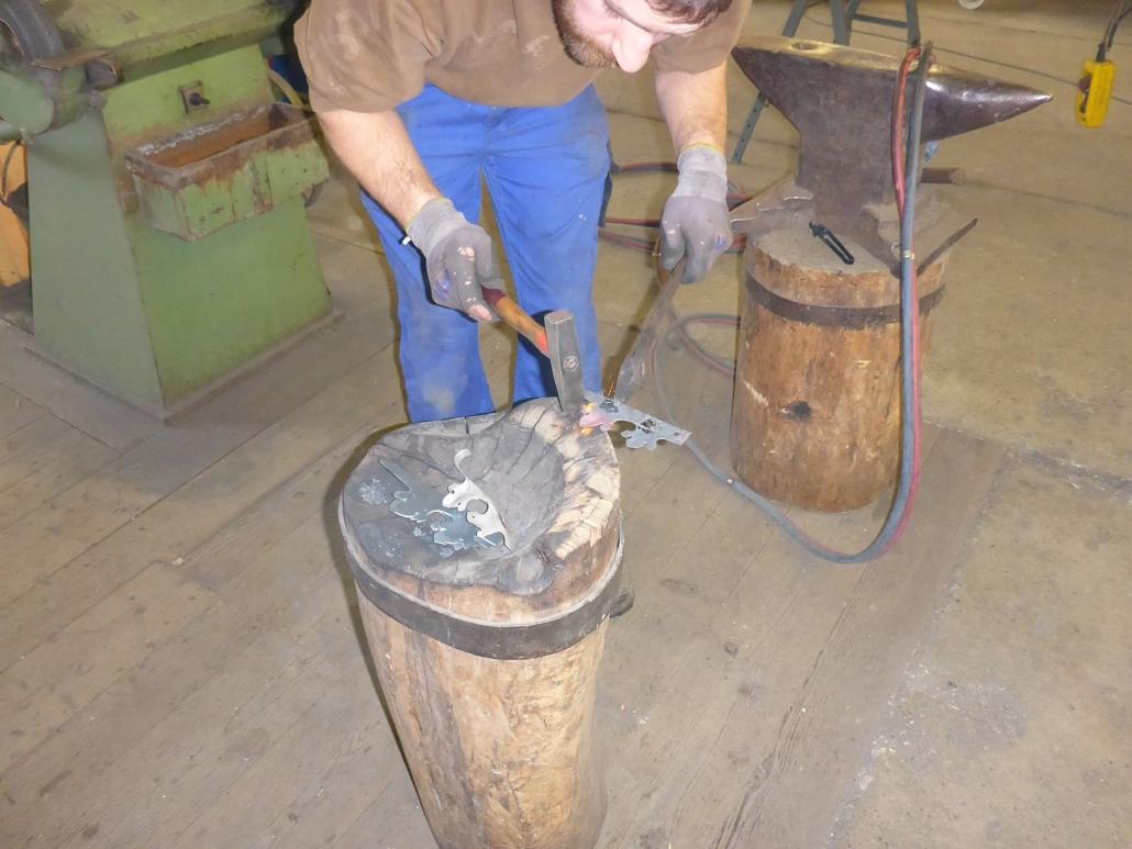 Herstellungsprozess neuer Blätter von der Mantelform bis zum Einnieten in das Zierfeld.