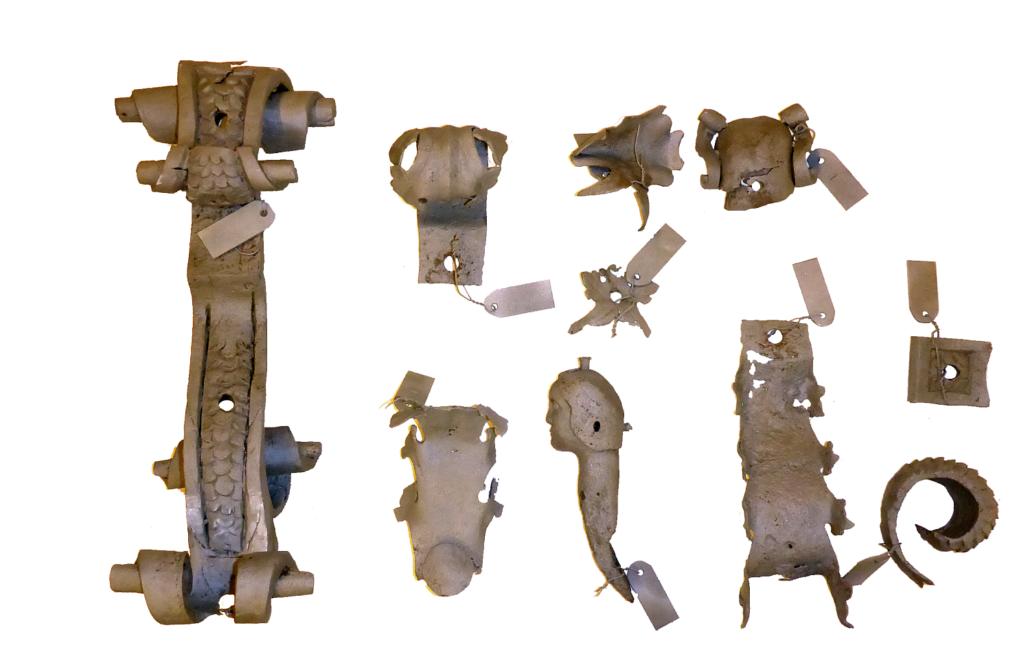 Nach dem Zerlegen. Stark korrodierte Abmontierter Helmteil mit Einzelteile bzw. fehlende Teile.