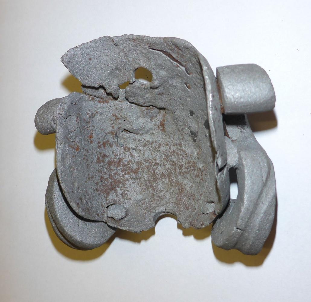Abmontierter Helmteil mit Originalnietlöchern.