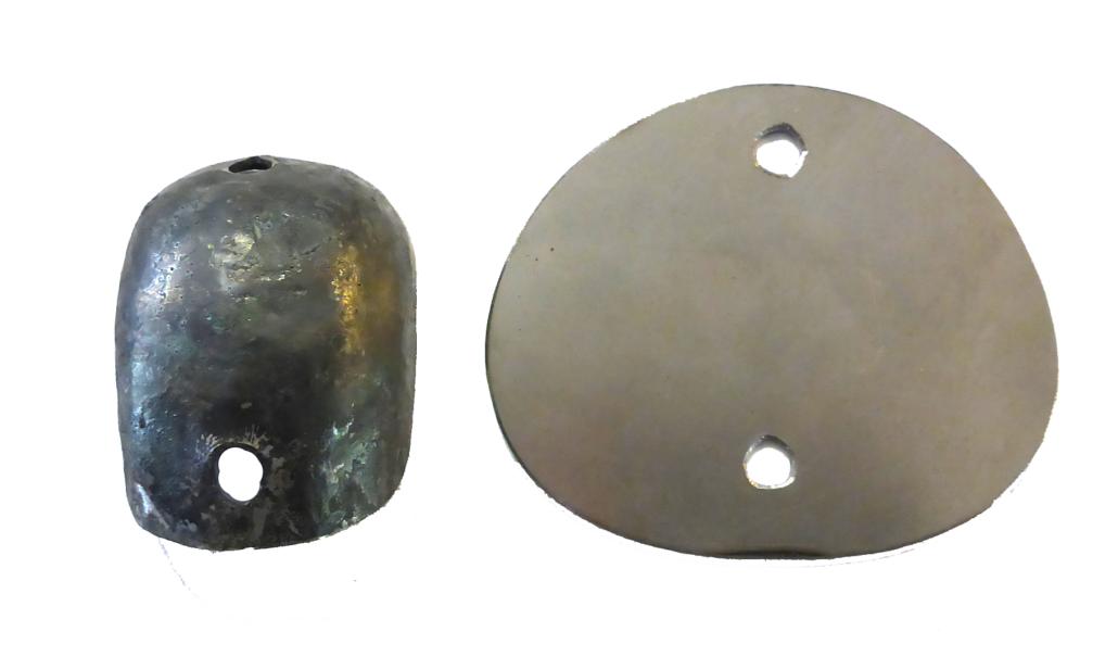 Einer der neu hergestellten Helme, jeweiligen rechts davon die Mantelform.