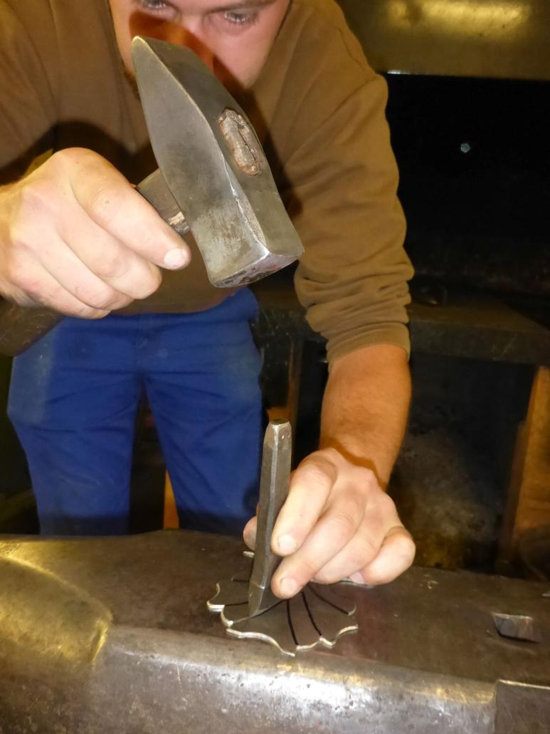 Die Blätter, die als vorletztes die Halbfigurenköpfe bekrönen wurden mittels Einkerben und Durchmeißeln neu von Hand hergestellt.