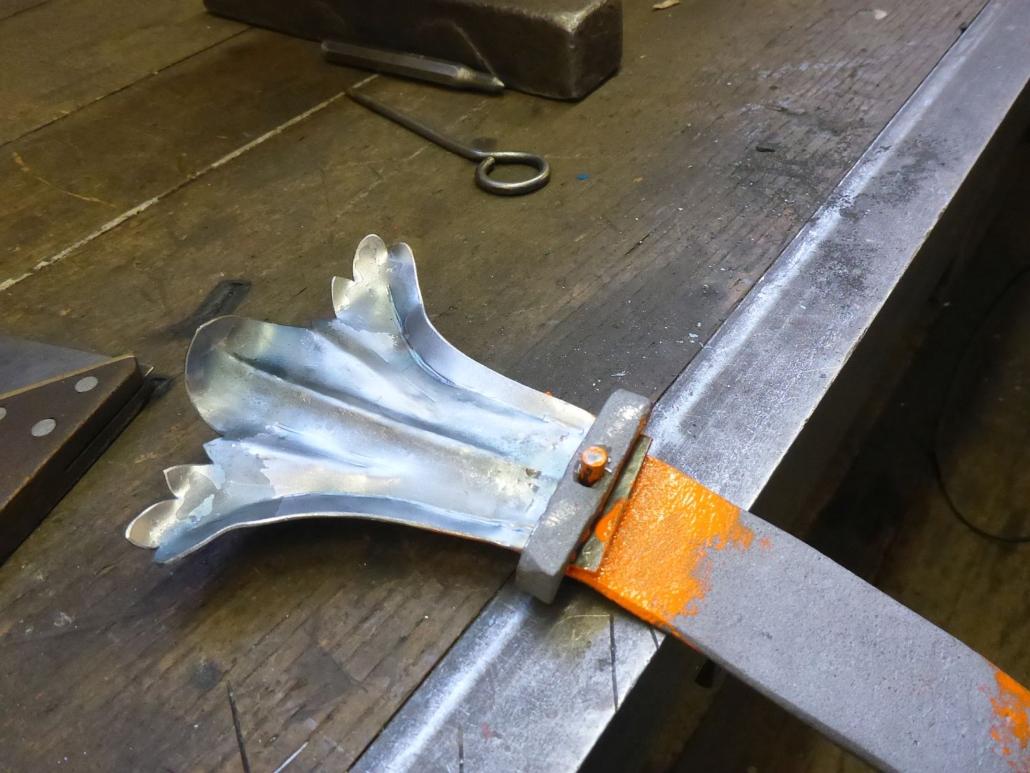 Das neue Zierende wird mit der Leiste mittels Bügel vernietet.