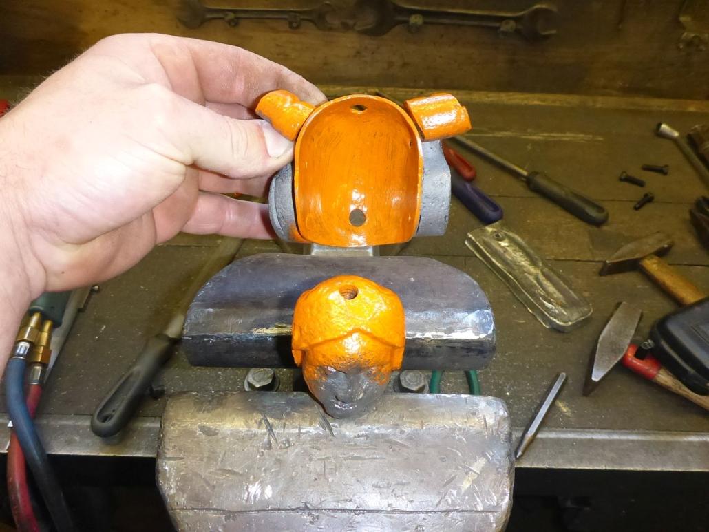 Zuerst wird der Helmteil mit den beiden Doppelvoluten montiert.
