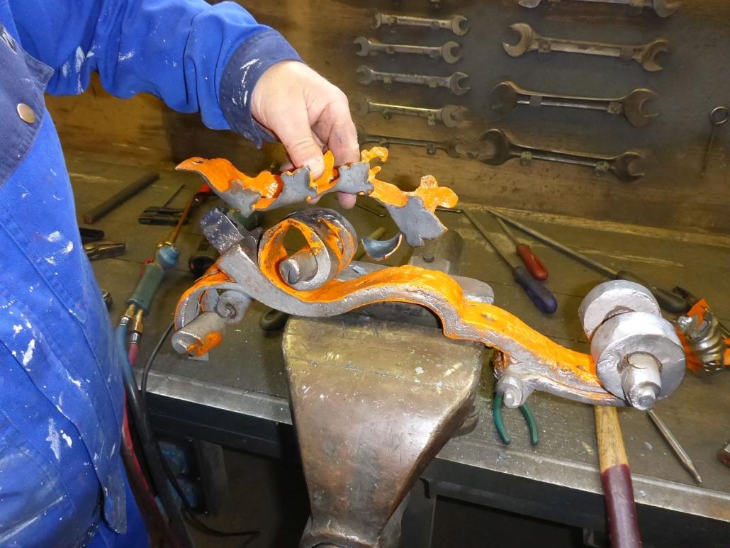 Alle Einzelteile der Halbfigur können ausschließlich in einer bestimmten Reihenfolge, in einem festgelegten Winkel ineinander gesteckt oder geschoben und vernietet werden.