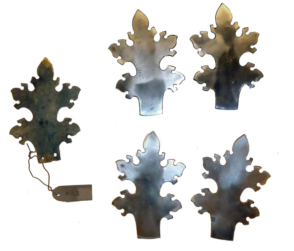 Links: ein Musterblatt, rechts: die Mantelform neu herzustellender Blätter für das Kapitell. Insgesamt kommen hier 3 unterschiedliche Formen vor.