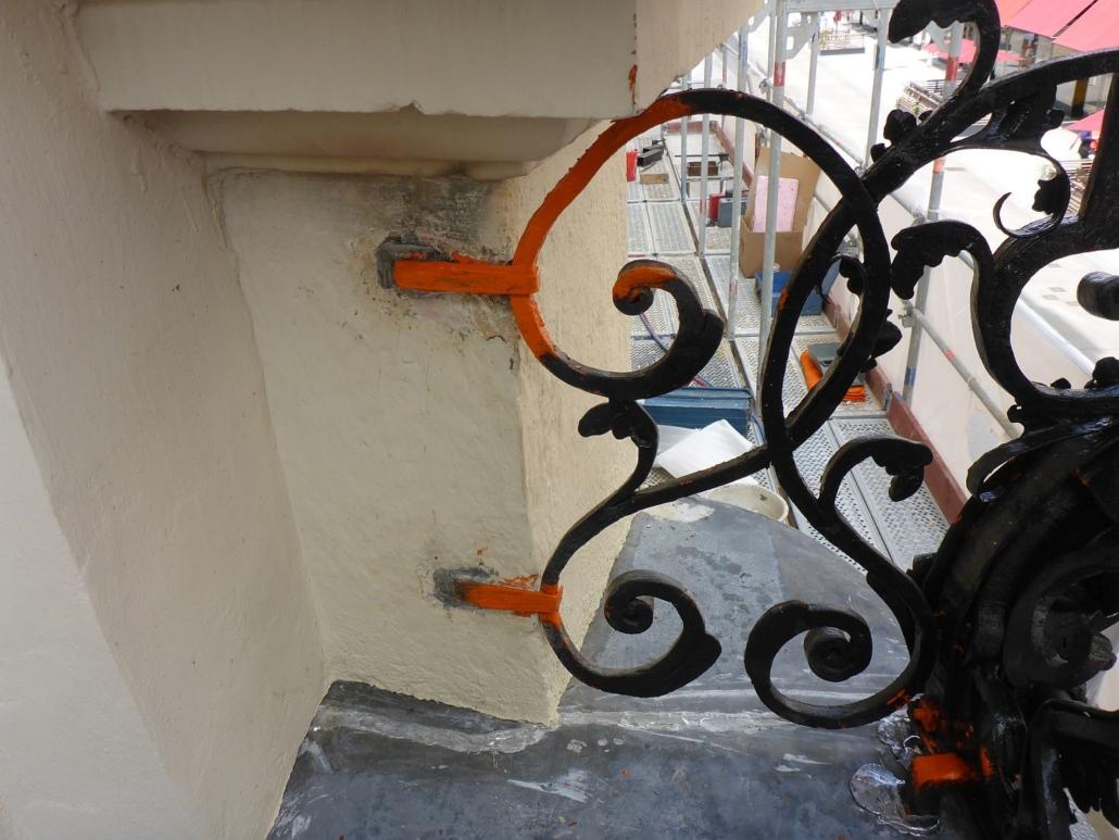 Jeweils zwei Mauerbügel wurden durch Einbleien in die Mauer fixiert. Hier: die rechte Seite des Geländers.