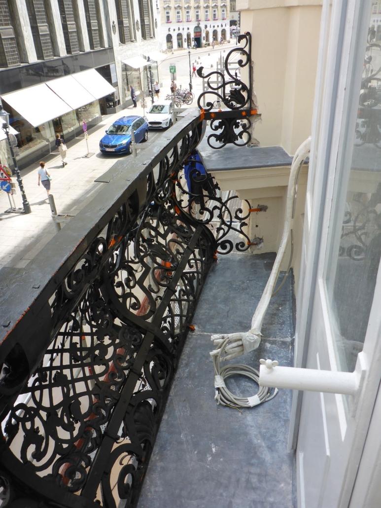 Ansicht auf den Balkon kurz vor Vollendung der Montage.