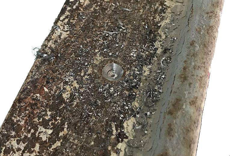 Detailansicht der aufgebohrten und angesenkten Niete.