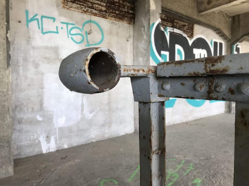Die einzige Geländerhalterung (sie führte den Handlauf aus Holz), die im Bestand noch erhalten war, konnte an der Mitteltribüne gesichert werden.