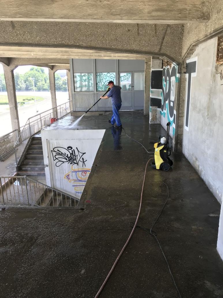 Nach dem Ausbohren der Steherteile wurden alle historischen Betonflächen mittels Hochdruckreiniger gereinigt.