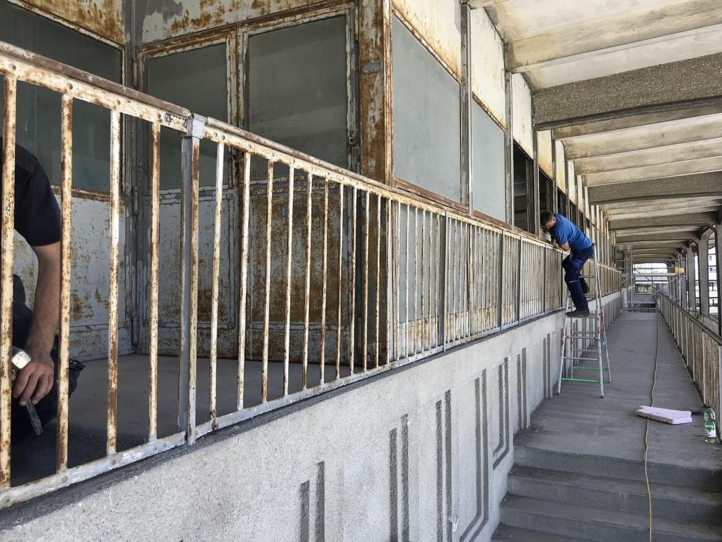 Ansicht während der Demontage des Geländers an der G3-Tribüne