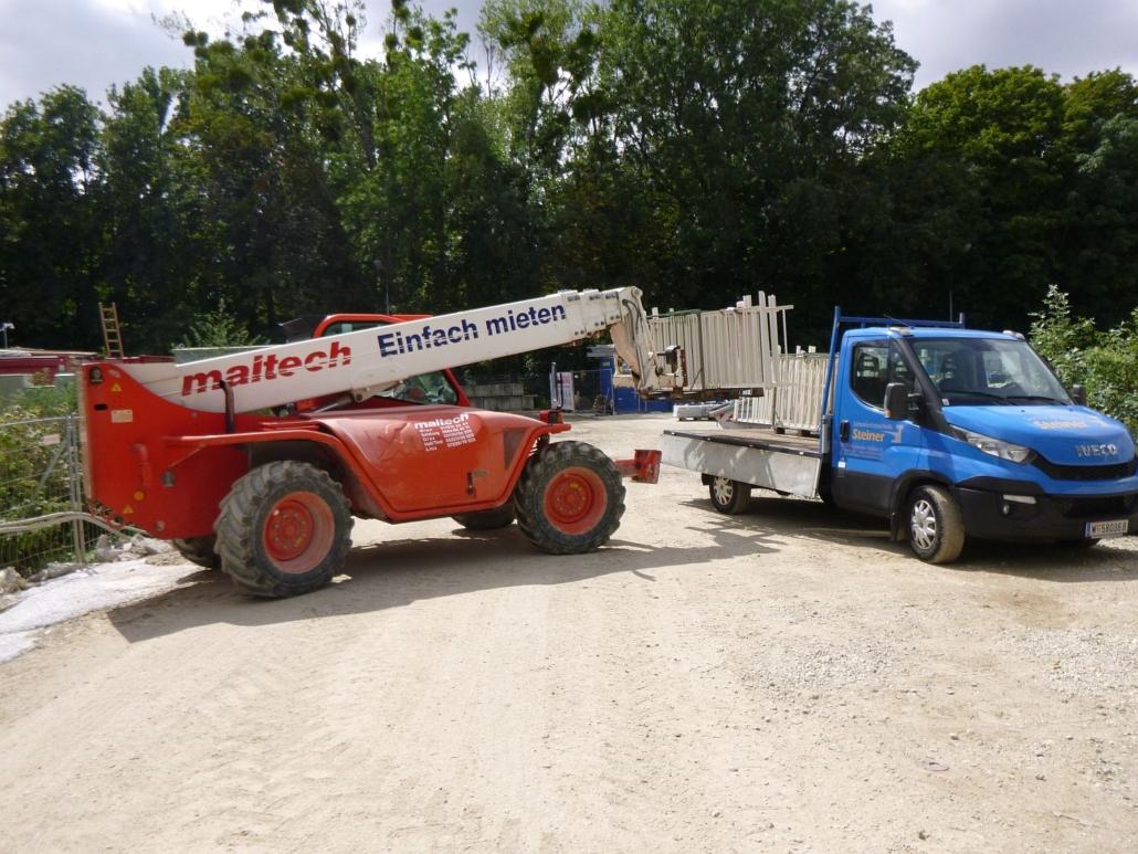 Anlieferung und Abheben der Paletten vor Ort, an der Baustelle in der Krieau.