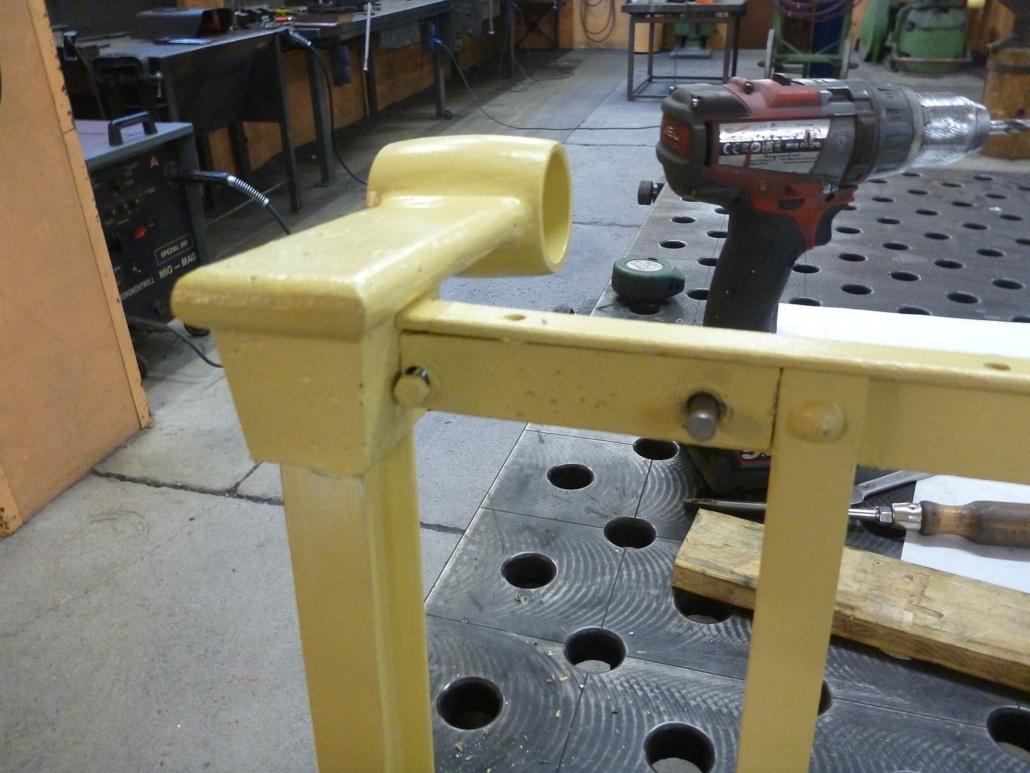 Beispiel einer sanierten und grundierten Handlaufhalterung. Die Einzelteile wurden zum Vorgrundieren aufgesteckt und erst bei der Montage aufgenietet und abschließend (ein zweites Mal) deckbeschichtet.