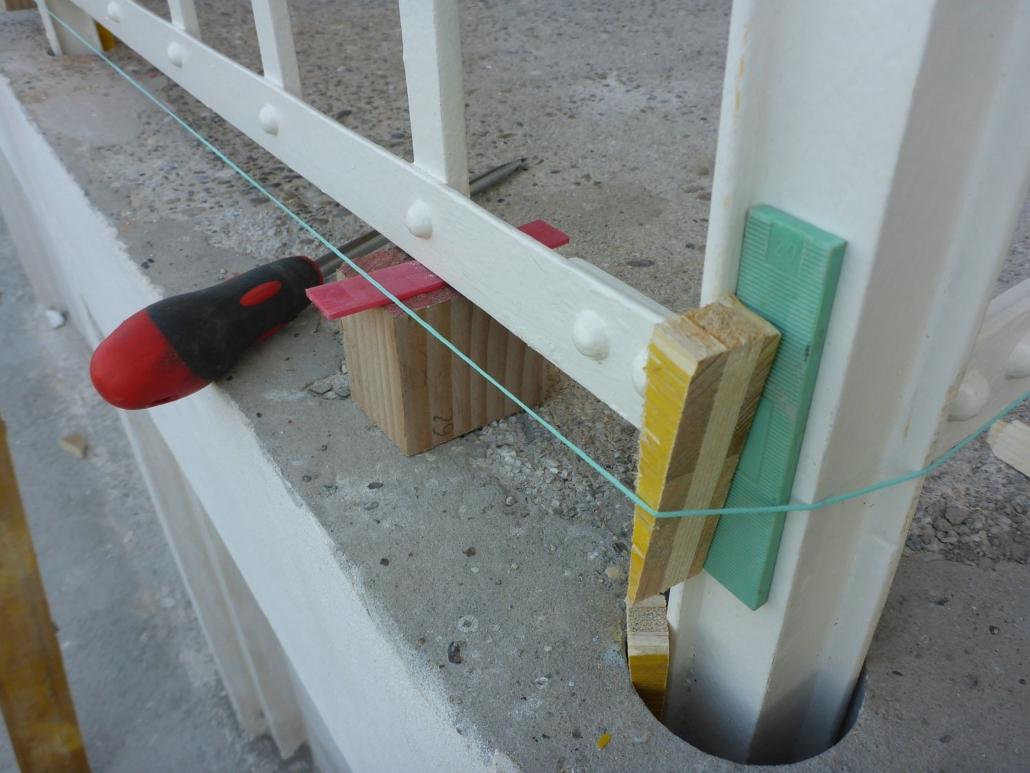 Nach der 1. Deckbeschichtung, dem Nieten und dem Nachstreichen der Nietstellen wurden alle Geländer am Mauerwerk in Position gerichtet und anschließend vermörtelt.