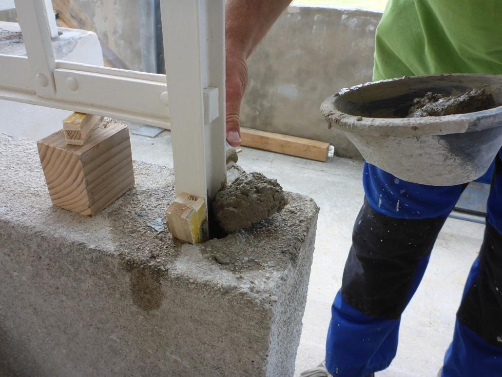 Nach der Einrichtung im Mauerwerk wurden die Steher eingemörtelt.