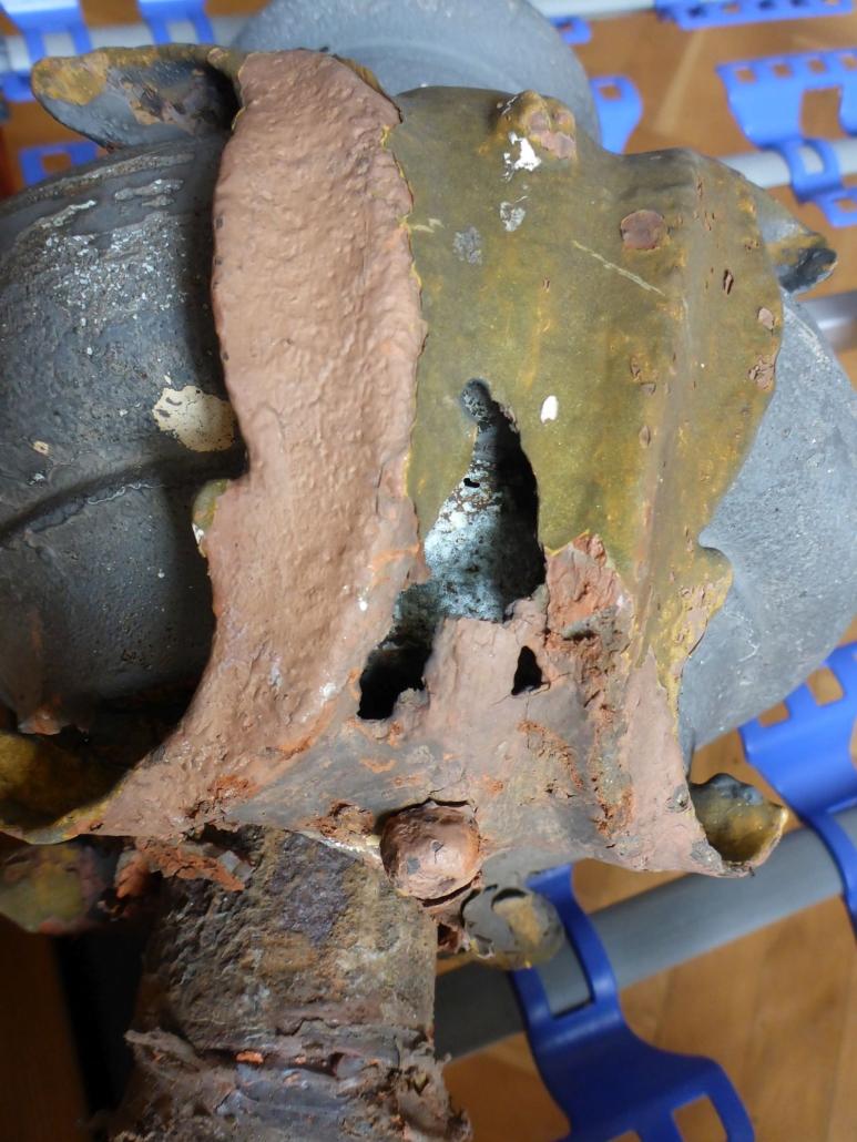 Die beiden Zierblätter und der Schaft der Firstschmuckstange wurden saniert und wiederverwendet.