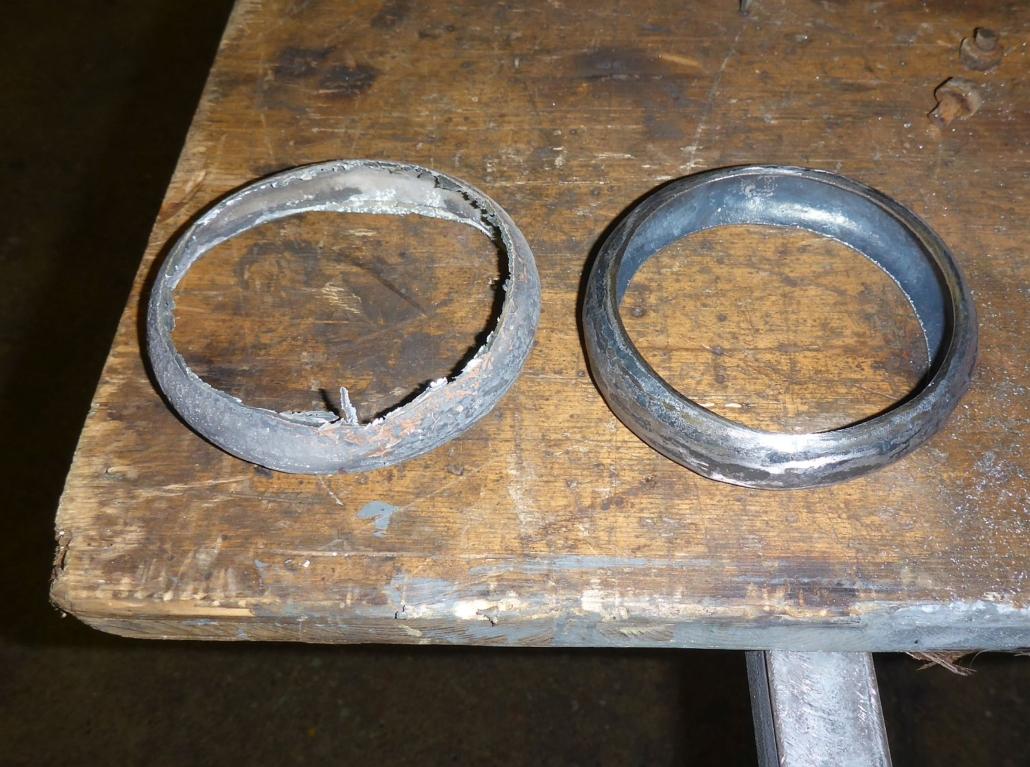 Links der korrodierte Ring, rechts der neue.