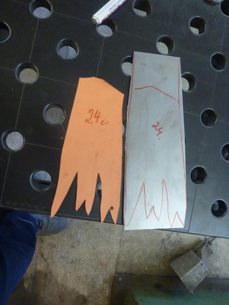 Übertragen der Form von der Papierschablone auf das Blechstück.