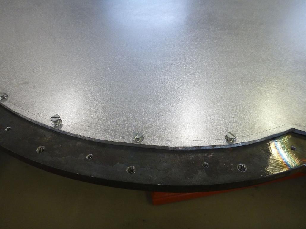 Die Bohrungen zur Montage der Strahlen und des Bildträgers/des Bleches wurden vorgenommen.