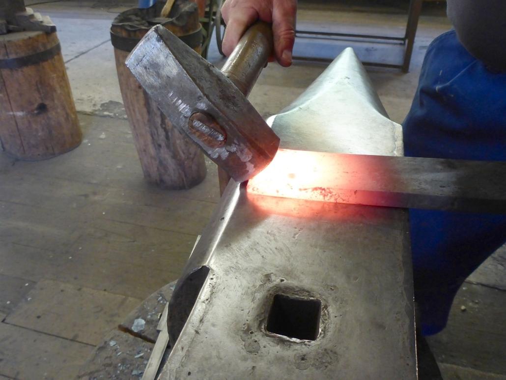 Das Ende des Eisens, das zur Bandrolle wird, muss schräg geschmiedet werden, damit sich die Rolle später nahtlos zusammenfügt.