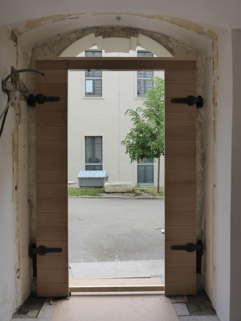 Ansicht von Innen. Fertig montierte Türflügel des Tores.