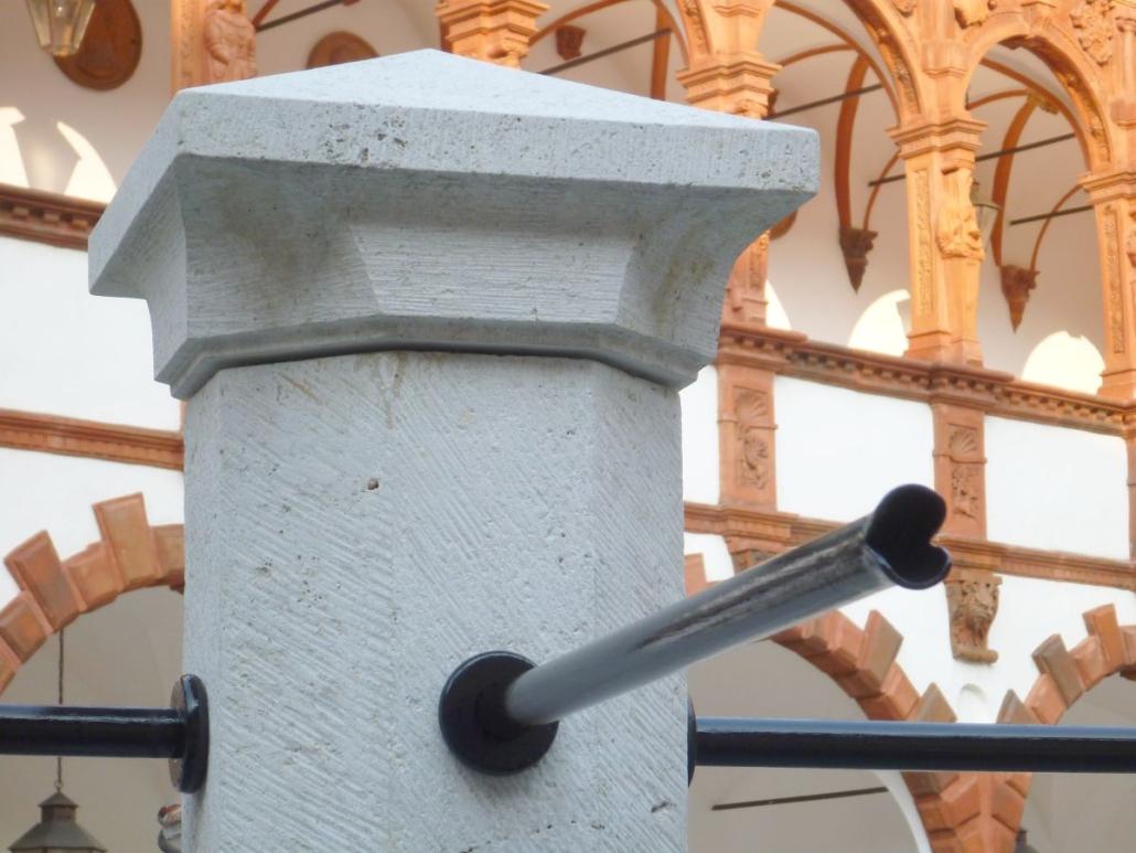 Detailansicht auf den Mittelpfeiler mit oktogonalem Grundriss und die Wasserspeier mit aufgebogenem Maul.